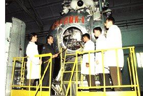 Подполковник Светличный А.Н. проводит практические занятия с курсантами по бортовым системам лунного модуля